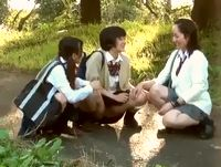 女子校生たちを木陰から盗撮してたら悪ノリでパンツ脱いだり野外放尿し始める想定外のハプニングに股間はフル勃起 XVIDEOS 素人JK女子校生の無料エロ動画