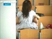 素人女子大生が大学の広い講義室で彼氏と着衣ハメSEXしてる所に遭遇し思わず隠れて盗撮 FC2 素人JD 女子大生の無料エロ動画