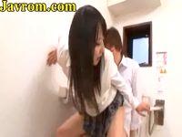 トイレで激しく3Pセックスする淫乱な黒髪女子校生が次々にハメられながら勃起チンポをしゃぶり尽くす XVIDEOS 素人JK女子校生の無料エロ動画