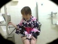 夏の花火帰りの浴衣JKや女子大生たちが殺到するであろうトイレ内に隠しカメラ設置して盗撮したら撮れ高MAX! Pornhub 素人JK女子校生の無料エロ動画