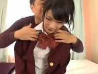 清楚なお嬢さま系の女子校生が可愛らしく喘ぎながらお兄さん2人に弄られ放題イキまくりセックス 裏アゲサゲ 素人JK女子校生の無料エロ動画
