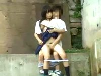 素人高校生カップルが河川敷の橋の下で青姦セックス!制服着衣のままパンティおろされてバックで嵌められる女子校生 erovideo 素人JK女子校生の無料エロ動画