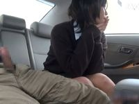 援交相手の高級そうな車の後部シートで可愛らしいショートヘア女子校生が手と口で抜くカーセックス JavyNow 素人JD 女子大生の無料エロ動画