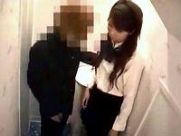 【盗撮】トイレでDK彼氏の性処理シテあげて射精後のフニャチンまでティッシュで拭いてあげる意外と面倒見のいいギャル女子校生 erovideo 素人JK女子校生の無料アダルト動画