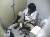 用を足す素人女性を盗撮しようと公衆トイレに設置した隠しカメラでオナる女子校生まで撮れちゃった erovideo 素人JK女子校生の無料エロ動画