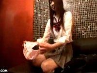 カラオケBOXでウリをやってる援交女子校生がお客のオジサンの凄テク手マンで潮吹いちゃってシートぐしょぐしょ XVIDEOS 素人JK女子校生の無料エロ動画