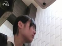 どこかの個室トイレに仕掛けられた隠しカメラでが素人女子校生が用を足してる姿をガチ盗撮した流出動画 RED TUBE 素人JK女子校生の無料エロ動画