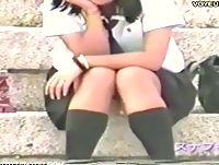 街中の至る所で無防備に座り込んで制服スカートの中身のパンチラ晒しまくりの素人女子校生たちは盗撮し放題! ShareVideos 素人JK女子校生の無料エロ動画