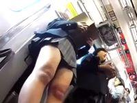 電車で読書に夢中な無防備リアル女子高生がむっちむち生足とパンチラを逆さ盗撮されちゃってる Pornhub 素人JK女子校生の無料アダルト動画