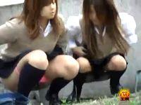 リアル素人女子校生たちが悪フザケで野外連れションしてる場面に遭遇して思わず盗撮 erovideo 素人JK女子校生の無料アダルト動画