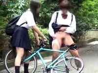 路上で悪フザケ過ぎる恥辱プレイを楽しんでる今どきのヘンタイ女子校生たちに遭遇して思わず携帯カメラに手が伸びて盗撮しちゃった erovideo 素人JK女子校生の無料アダルト動画