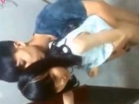 幼い顔立ちの清楚系女子校生が彼氏に促されるまま個室トイレ内で自撮りの着衣立ちバック ShareVideos 素人JK女子校生の無料アダルト動画