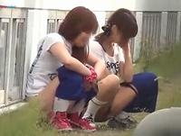 体育会系の女子校生たちがロードワークの途中で尿意をもよおし人目を忍んで道端で連れションしてるのを盗撮 erovideo 素人JK女子校生の無料エロ動画