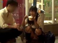 コンビニ前でしゃがみこんでる女子校生のパンチラGET!街中のあちらこちらでスカートの中身を盗撮しちゃう erovideo 素人JK女子校生の無料アダルト動画