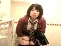リアルに素人な女子高生たちが便器に座って用を足してる様子を真正面から盗撮したお宝映像がネット拡散中 xHumster 素人JK女子校生の無料アダルト動画