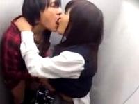 女子校生がトイレで援助交際してる様子が盗撮されちゃった!濃厚ベロチューから制服着衣で立ちバックで挿入 ShareVideos 素人JK女子校生の無料アダルト動画