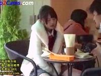 清楚なアイドル系女子大生のアソコに遠隔操作のリモコンバイブを仕込んでお客さんの沢山いるカフェでスイッチオンして刺激しちゃう Sh 素人JD 女子大生の無料エロ動画