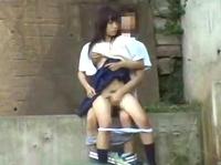 河川敷の高架下で彼氏のチンコを貪る素人女子高生が仁王立ちフェラでご奉仕してから密着立ちバックでハメられてる青姦セックスの一部始終を望遠レンズで盗撮 erovideo 素人JK女子校生の無料エロ動画