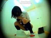 学校の女子トイレに仕掛けられた盗撮カメラに写っていたのはオシッコが我慢しきれずにブルマごしに漏らしちゃう女子校生の姿 erovideo 素人JK女子校生の無料エロ動画