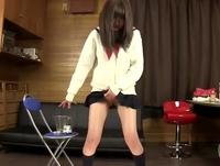尿意が止まらないダダ漏れパイパン女子高生の聖水を接写で逆さ撮り ShareVideos 素人JK女子校生の無料エロ動画